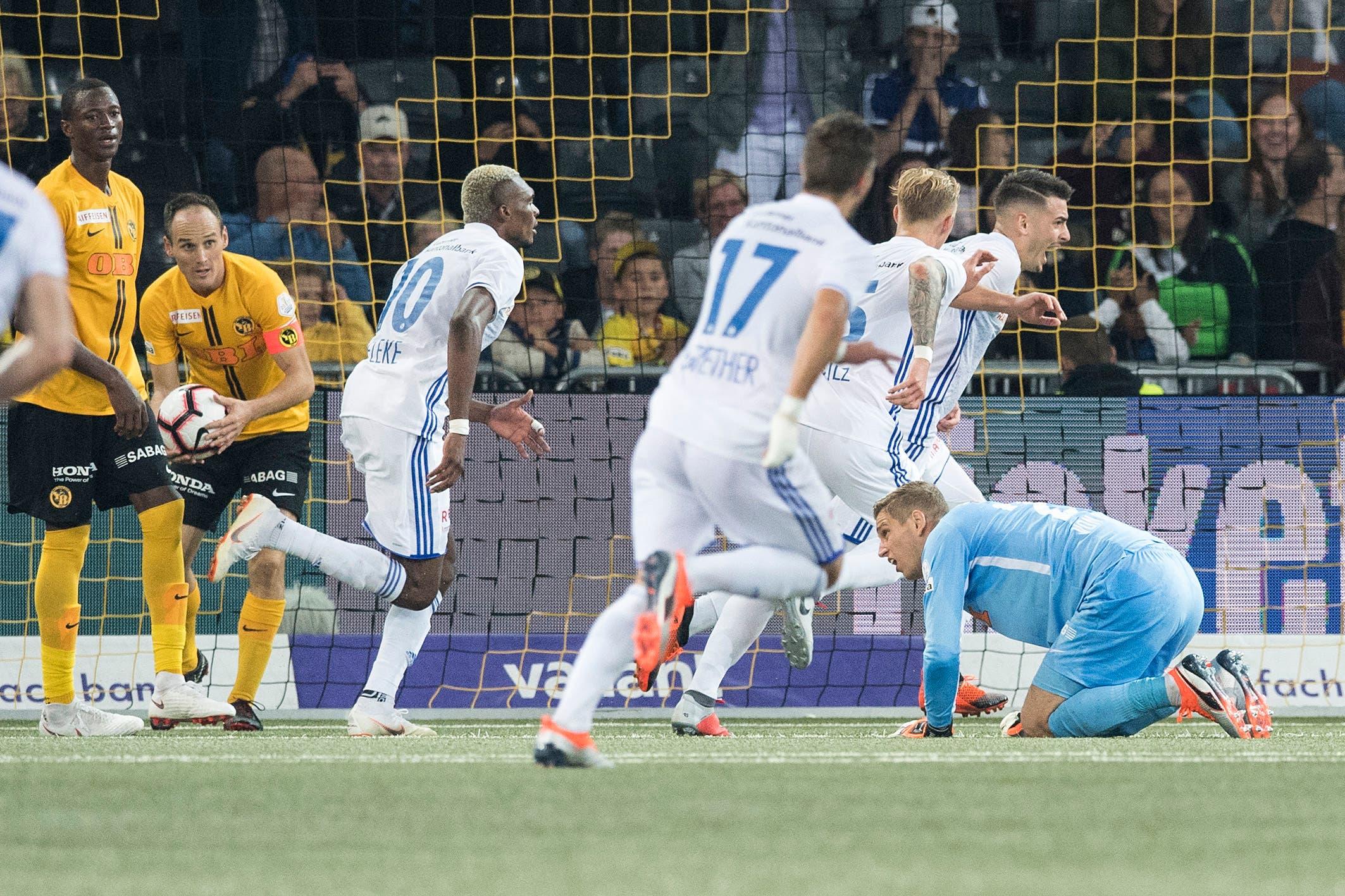 Luzerns Stefan Knezevic, ganz rechts, trifft zum 2:3. (Bild: KEYSTONE/Peter Schneider (Bern, 6. Oktober 2018))