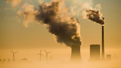 Das Kohlekraftwerk Mehrum und Windräder im niedersächsischen Hohenhameln. (Archivbild: Julian Stratenschulte/Keystone)