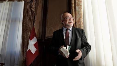 Damals «höchster Schweizer», heute interimsmässig Gemeindeammann seiner Wohngemeinde: Der frühere Luzerner CVP-Nationalrat Ruedi Lustenberger posiert als Nationalratspräsident in der Wandelhalle (Bild: Nadia Schärli, 19. November 2014)