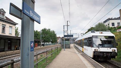 Die S-Bahn steht in der Stadt hinten an