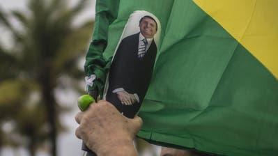 Eine Unterstützerin von Jair Bolsonaro mit einer Puppe desselbigen in der Hand. (Bild: Dado Galdieri/Bloomberg, Rio de Janeiro, 7. Oktober 2018)