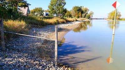Wo früher Boote angebunden waren und ein Weg am Ufer entlangführte, ist seit Jahren kein Durchkommen mehr. Ein Zaun verwehrt den direkten Spaziergang zur Flussmündung am Alten Rhein. (Bild: Rudolf Hirtl)