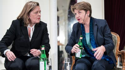 Die CVP-Bundesratskandidaten Heidi Z'graggen (links) und Viola Amherdanlässlich des Podiums am Mittwochabend in Bern. (KEYSTONE/Peter Schneider)