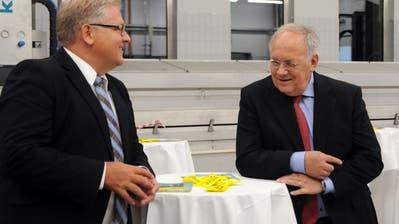 Besuch von Bundesrat Johann Schneider-Ammann am FDP-Partetag Obwalden in der Käserei Seiler in Giswil. Hier im Gespräch mit seinem persönlichen Mitarbeiter Yves Weidmann. (Bilder: Markus von Rotz (Giswil, 31. Oktober 2018))