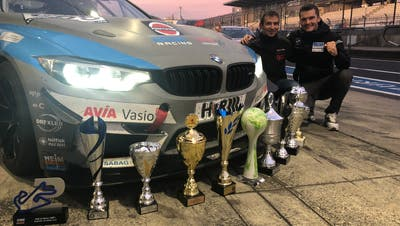 Feiern den Meistertitel in der GT4-Klasse: Yannick Mettler (rechts) und Heiko Eichenberg. (Bild: Oliver Selzer, Nürburgring, 4. Oktober 2018)