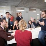 Kunstsammler Leopold Weinberg (links) in angeregter Diskussion mit dem Galeristen Stefan von Bartha (rechts). (Bild: Ralph Ribi,St.Gallen, 9. November 2018)