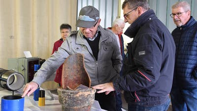 Andreas Aebischer, Mitglied der REA-Geschäftsleitung, erklärt den Besuchern die Materialveränderung im Rohrleitungsbau. (Bild: Yvonne Aldrovandi-Schläpfer)