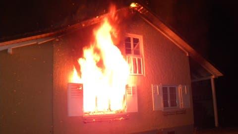 Grosseinsatz in Neukirch-Egnach: Drei Verletzte und mehrere hunderttausend Franken Sachschaden bei Hausbrand