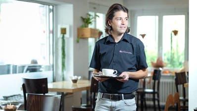 Aus dem Fussball-Schiedsrichter ist auch ein Gastronom geworden. Pascal Erlachner posiert in seiner Bar in Wangen bei Olten. (Bild: Chris Iseli)