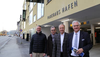 Die Bauherren Bruno Konrad (von links), Georg Peter, Elmar Jud und der Stadtpräsident Thomas Müller eröffnen das Parkhaus. (Bild: Jolanda Riedener)
