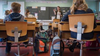 Der erste Schultag. Diese Kinder sitzen erstmals in Schulzimmer. (Bild: Boris Bürgisser)