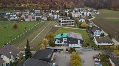 Blick auf das Gemeindehaus von Wikon, dessen Dach gerade saniert wird. (Bild: Dominik Wunderli,15. November 2018)