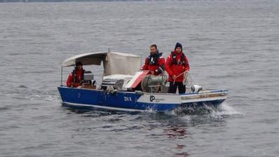 Mit einer Unterwasserkamera wurde nach dem vermissten Ruderer gesucht. Jetzt wurde die Suche eingestellt. (Bild: Zuger Polizei)
