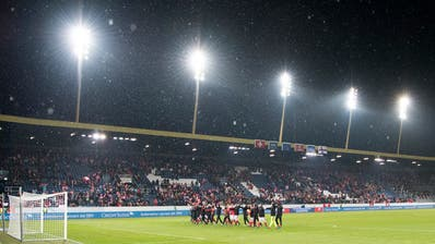 Die Schweizer Spieler bedanken sich nach dem Spiel gegen Färöer bei den Fans für die Unterstützung. Bild: Anthony Anex / Keystone (Luzern, 13. November 2016))