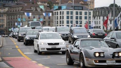 Der zunehmende Verkehr in der Stadt Luzern, hier auf der Seebrücke in Luzern, bereitet dem Gewerbe Sorgen. (Bild: Corinne Glanzmann)