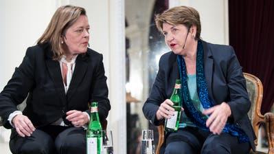 Die CVP-Bundesratskandidatinnen Heidi Z'graggen und Viola Amherd an einer Podiumsdiskussion. (Bild: KEYSTONE/Peter Schneider, (Bern, 31. Oktober 2018))