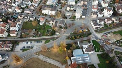 In der Verlängerung des Sonnenwegs, links vom Parkplatz, entsteht eine Unterführung für Velo und Fussgänger. Der Übergang Feldmühle (Bildmitte) wird aufgehoben. Die Barriere an der Signalstrasse wird durch die Unterführung überflüssig. (Bild: Hardy Buob)