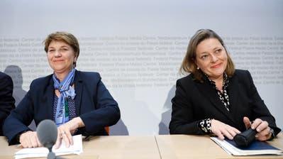 Die beiden nominierten CVP-Bundesratskandidatinnen Viola Amherd, links, und Heidi Z'graggen, rechts, am Ende einer Medienkonferenz, am Freitag, 16. November 2018 in Bern. (KEYSTONE/Peter Klaunzer)