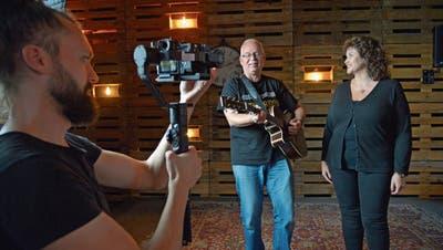 Joshua Muhl filmt Manfred Fries und seine Freundin Mirjam Engeli. Die beiden singen ihr Duett «Weichi Chnü». (Bild: Mario Testa)