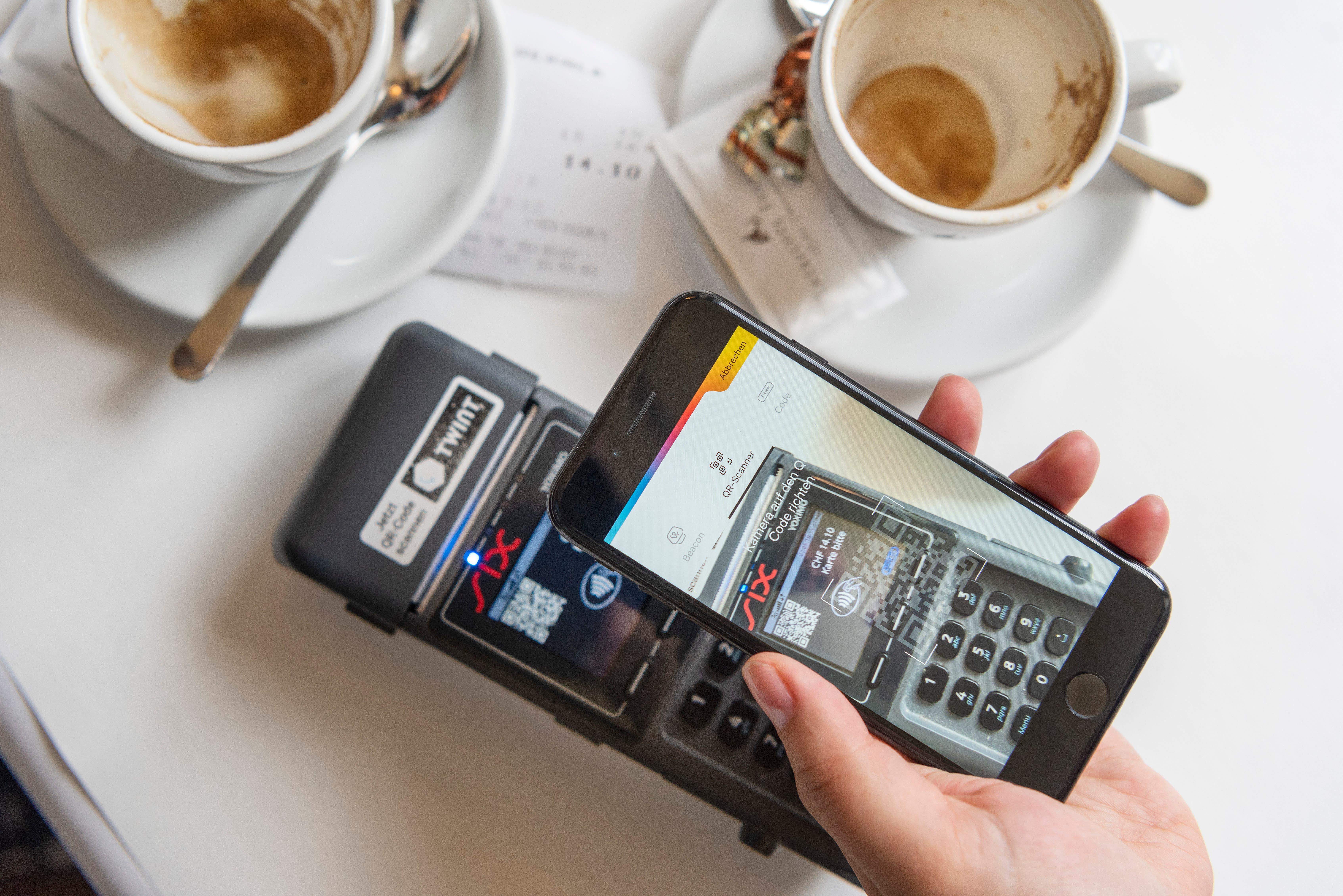 Die Wettbewerbskommission (Weko) nimmt Schweizer Finanzinstitute ins Visier wegen des mutmasslichen Boykotts mobiler Bezahllösungen wie Apple Pay und Samsung Pay. Sie hat deswegen eine Razzia bei den Grossbanken Credit Suisse und UBS, der Postfinance sowie den Kreditkartenfirmen Swisscard und Aduno durchgeführt. Bild: Christian Beutler/Keystone