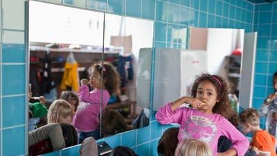 Pro hundert Kinder gibt es im Kanton St.Gallen sechs Vollzeitplätzefür die Betreuung. (KEYSTONE/Gaetan Bally)