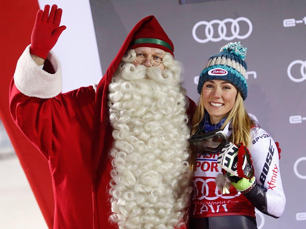 Mikaela Shiffrin auch in Levi die Nummer 1 - selbst der Weihnachtsmann war beeindruckt (Bild: KEYSTONE/AP/GABRIELE FACCIOTTI)