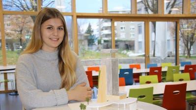 Aus Plexiglas und Schaumstoffplatten fertigte Alicia Gisler ein Modell für ein Freizeitzentrum im Kanton Uri an. (Bild: Remo Infanger, 16.November2018)