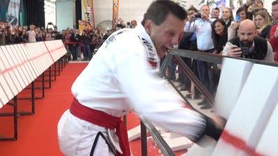100 Betonplatten in 30 Sekunden zerstört: Schwyzer schafft Weltrekord