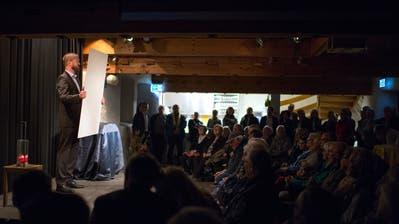 Redaktionsleiter Silvan Meier bei der Buchpräsentation. (Bild: Maria Schmid (Baar, 2. November 2018))