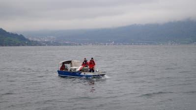 Mit einer Unterwasserkamera wird nach dem vermissten Ruderer gesucht. (Bild: Zuger Polizei)