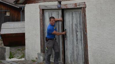 IG-Präsident Roger Pernet vor dem ehemalige Waschhaus, dass zum Sudhaus werden soll. Bild: Margrith Pfister-Kübler