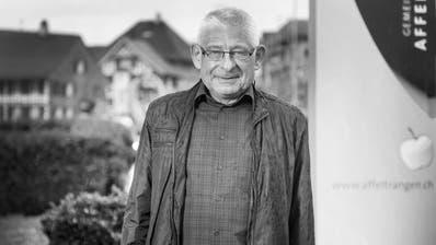 Hans Matthey (1957-2018) vor dem Gemeindehaus in Affeltrangen. Hier wirkte er zuerst als Ortsvorsteher und später als Gemeindepräsident 27 Jahre lang. (Bild: Mareycke Frehner, 6. April 2016)