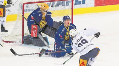 Sven Senteler schiesst das 3:1 – die Statisten heissen Anders Lindbäck (Goalie) und Felicien Du Bois. (Bild: Eddy Risch/Keystone (Davos, 2. November 2018))