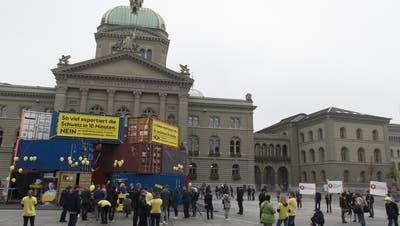 Mit einer Aktion auf dem Bundesplatz kämpfte auch Economie Suisse gegen die Selbstbestimmungsinitiative. (Bild: Keystone/Lukas Lehmann, 11. Oktober 2018)