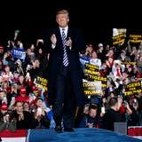 US-Präsident Donald Trump während einer Wahlkampfrede im Columbia Regional Airport. Bild: Evan Vucci/AP Photo (Columbia, 1.November 2018)