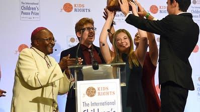 Desmond Tutu übergibt US-Schülern den Kinder-Friedenspreis