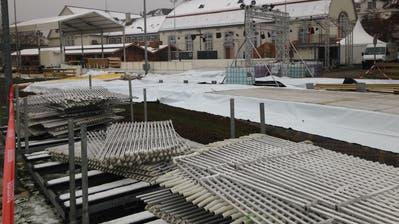 Auf der Kreuzbleiche sind derzeit die Aufbauarbeiten für den ersten St.Galler «Eiszauber» im Gang. (Bild: Reto Voneschen)