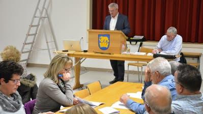 Gemeindepräsident Fredy Oettli führt durch die Versammlung. (Bild: Monika Wick)