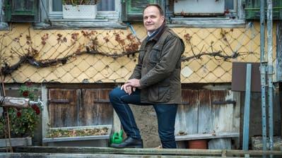Vor seinem Hof im Schärliwald: Arthur Schneider will Fischinger Gemeindepräsident werden. (Bild: Reto Martin)