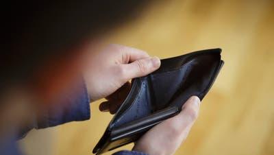 Kann eine Person ihre Schulden nicht begleichen, kommt es zum Pfändungsvollzug–in über 90 Prozent der Fälle zur Lohnpfändung. (Bild:Thomas Trutschel/photothek.net)
