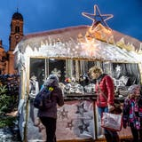 Der Weihnachtsmarkt in Einsiedeln hat eine imposante Kulisse – er findet direkt vor dem Kloster statt. (Bild: Nadia Schärli, 2. Dezember 2017)