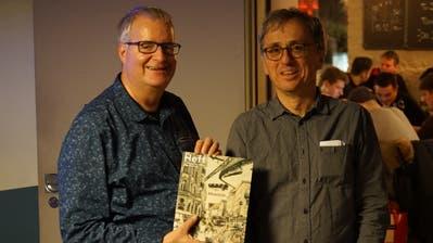 Richard Lehner (links) und Peter Müller präsentieren im Treppenhaus Rorschach das Jahresheft des Kulturhistorischen Vereins Region Rorschach. (Bild: Sandro Büchler)