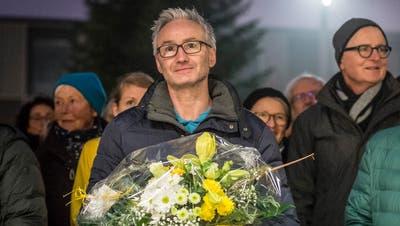 Oliver Gröblenach der Wahl zum neuen Gemeindepräsidenten bei der Wahlfeier auf dem Zentrumsplatz. (Bild: Hanspeter Schiess)