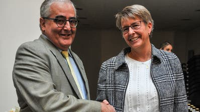 Der unterlegene Rolf Sennhauser gratuliert der neuen Aadorfer Schulpräsidentin Astrid Keller zu ihrer Wahl. (Bild: Olaf Kühne)