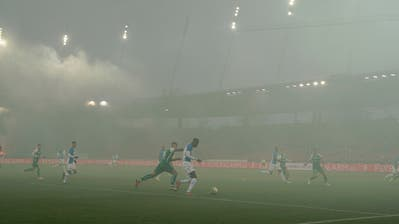 St.Gallen rennt hinterher: Schon in der dritten Minute enteilt der Grasshopper Djibril Diani im Pyro-Nebel und legt zum 1:0 für die Zürcher auf. (Bild: Andy Müller/Freshfocus)