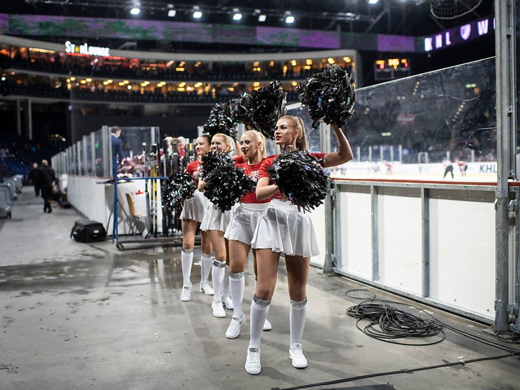 Cheerleaders tanzen während des KHL-Abends im Hallenstadion. (Bild: KEYSTONE/ENNIO LEANZA)