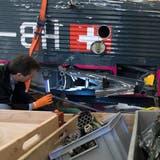 Michael Flückiger von der Schweizerische Sicherheitsuntersuchungsstelle SUST begutachtet Wrackteile der JU-52. (Bild: Laurent Gillieron/Keystone (Payerne, 26. November 2018))