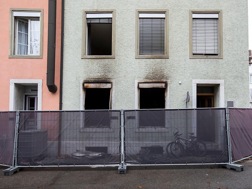 Die Spuren des Brandes mit sechs Toten in Solothurn: Das Feuer zerstörte das Erdgeschoss komplett. (Bild: KEYSTONE/ALEXANDRA WEY)