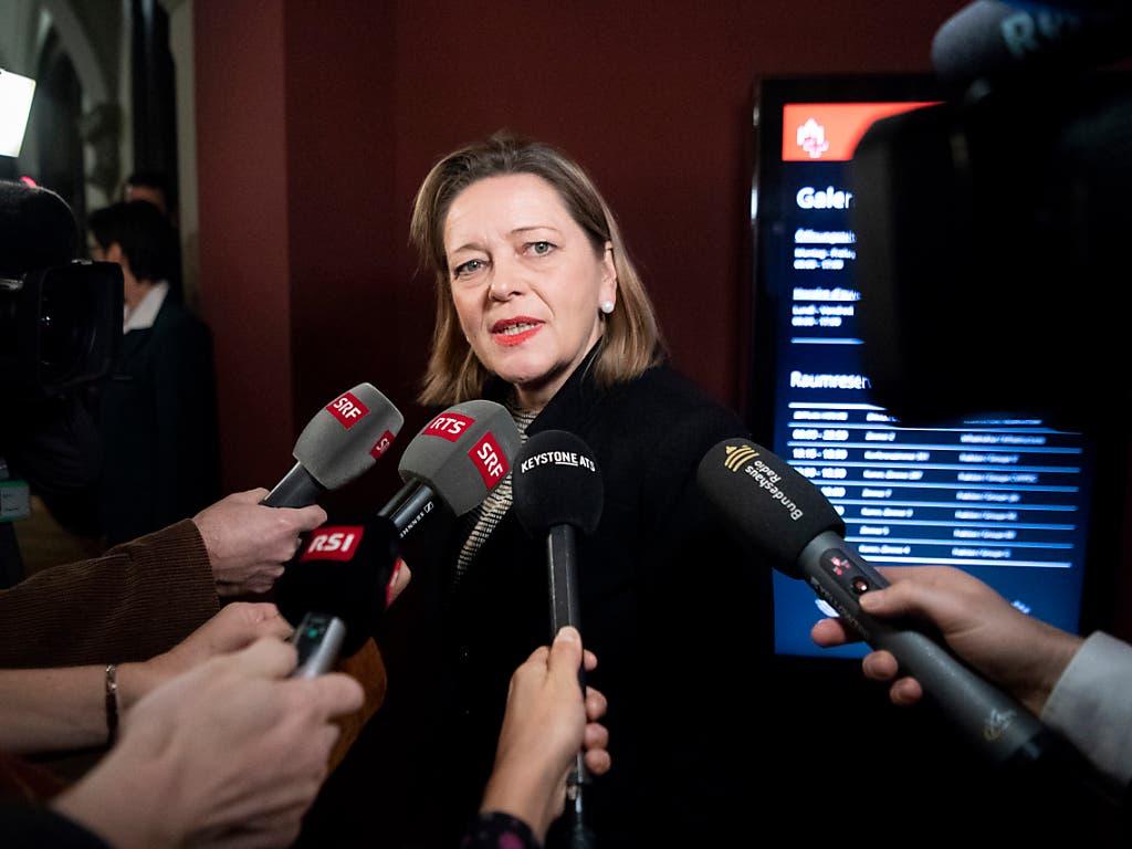 CVP-Bundesratskandidatin Heidi Z'graggen spricht nach dem Hearing bei der GLP-Fraktion in die Mikrofone. (Bild: Keystone/ANTHONY ANEX)