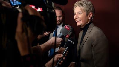 Karin Keller-Sutter, Bundesratskandidatin aus der Ostschweiz, gibt den Medien Auskunft. (Bild: Keystone)